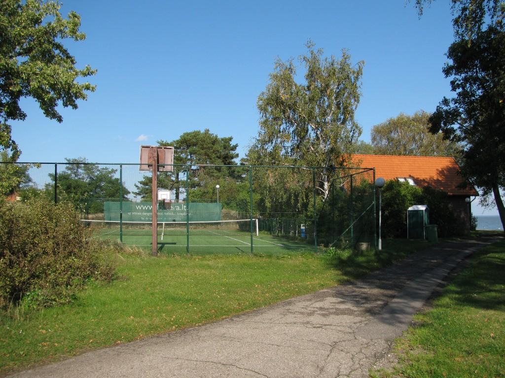 50m atstumu vieša tenisų kortų arba krepšinio aikštelė